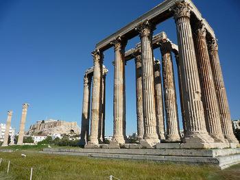 アテナイのアクロポリスの東に位置するゼウス神殿。現在はコリント式の柱が15本残るだけですが、完成当時は104本もあったと伝えられています。建設途中で放り出されていた巨大な神殿は、約700年の時を経てハドリアヌスによって完成されました。