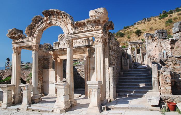エフェソスにはハドリアヌスに捧げられたという「ハドリアヌスの神殿」(138年頃完成)が残っています。ハドリアヌスの視察は123年と129年の2回と伝えられているので、完成した姿は見ていなかったかもしれませんね。