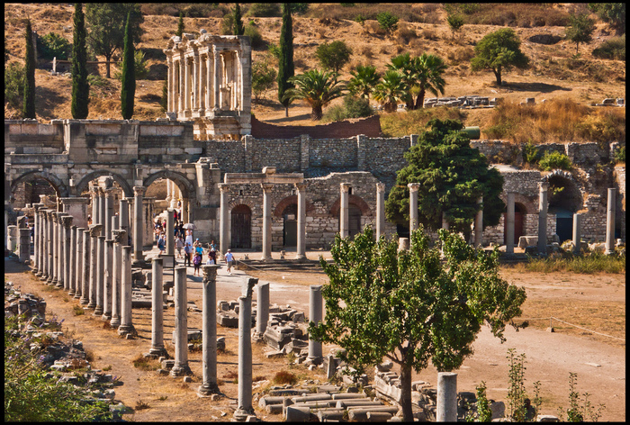 旧約聖書にも登場する古代都市『エフェソス』は、ローマ帝国の地中海交易の中心地として栄え、ローマ時代の遺跡が数多く残されています。現在は内陸に位置していますが、ハドリアヌスが訪れた当時は港湾都市であったと伝えられています。