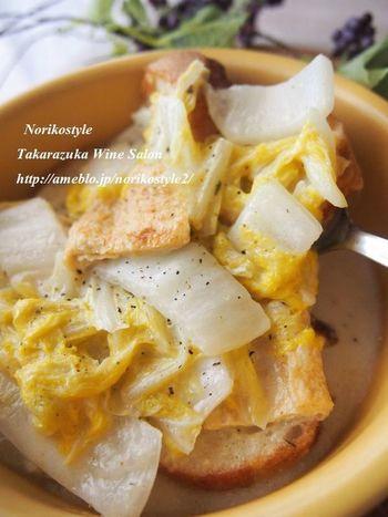 和風食材の白菜と油揚げを使って、しっとりとした煮込み料理。カチカチのバゲットは麩のような感覚で味を染み込ませ、ボリュームのある一皿に!