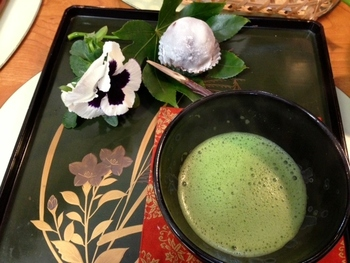 町並みのような情緒ある雰囲気の「抹茶とおはぎのセット」。 京都散策で疲れた時に、ほっと立ち寄りたくなる。そんなほっこり癒されるお店です!