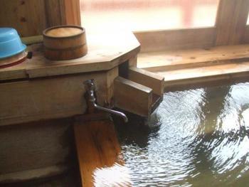 湯平温泉は、江戸時代から山峡の『湯治場(とうじば)』として栄えてきました。飲用可能で胃腸に効果があるとされ、戦前には別府温泉に次ぐ九州の名湯として一時代を築きました。湯治場として栄えたことから、湯平温泉には5つの共同浴場があります。いずれも管理人は常駐しておらず、入り口に祀られた賽銭箱に入湯料を納めます。