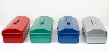 スタッキングできるタイプはシルバーとブルーの2色。山型タイプは4色展開なので、自分好みの色で揃えて並べるのがおすすめです。