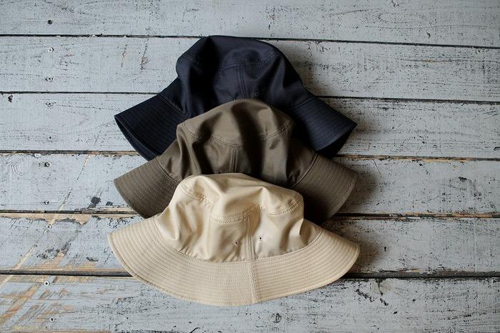 VENTALE BUCKET HAT(ベンタイルバケットハット)は、適度なハリを持った手触りと、シンプルを極めたデザイン。