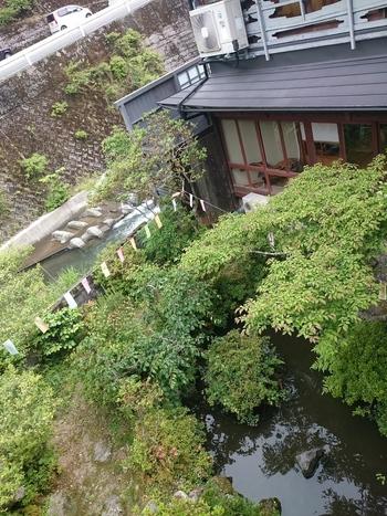 湯布院温泉からほど近い、湯元温泉郷の入口にある小さな温泉宿「高尾荘」さんは、家族経営されている小さな宿。 名前のとおり自然あふれる緑に囲まれたお宿は、ほっこり出来る癒しのお宿です。旅館のお湯は、弱アルカリ性で肌はすべすべに!内湯と露天の2つがあり、それが交互に貸し切り出来るようになっています。