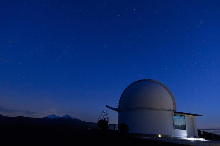 天文台に1泊して天体観測をすることも素敵な「大人の夜更かし」の過ごし方です。大体の観測所では、係員の方の星や月についての説明や観測レクチャーが開催されていることが多いのです。静かな山の夜は、別世界のようで、とてもロマンティックですよ。