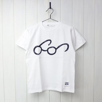 シンプルな白いTシャツにあしらった、メガネのラフなプリント。こんな楽しいTシャツが1枚あってもいいのでは?シャツをはおって、メガネをのぞかせるのもいいですね。