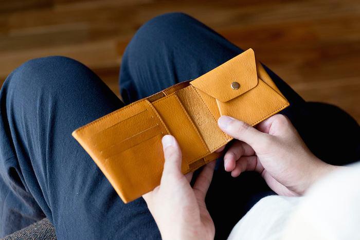 取り外せるコインケースは、本体とは別々に使ったり、本体のスリットにコインケースを差し込んで折り財布として使ったり。使い方が楽しいですね。