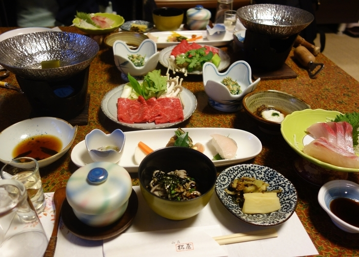 食事は和のフルコースといったところ。豊後牛しゃぶしゃぶの他に、刺身、川魚の塩焼き、茶碗蒸し、茶そば、サラダ、天ぷらなどなど、目にも楽しいいお料理の数々が並びます。そして、ごはんが釜炊きの白ごはんという所も魅力的!炊き立てのアツアツのご飯を楽しむことが出来ます。