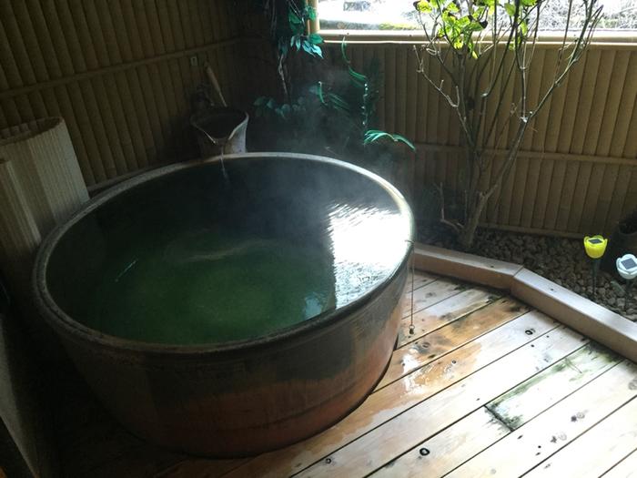 こちらは内湯の半露天風呂。外の風を感じながら、日々の疲れを癒しましょう…