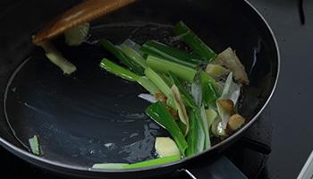 買った初めは錆止めの油がついているため、中性洗剤で洗って、いらない野菜などを多めの油で炒めると、金属臭などを取り除けます。
