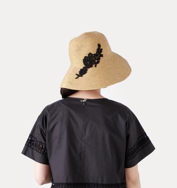 大胆に刺繍があしらわれたレース刺繍ストローハットはエレガントな装いはもちろん、Tシャツにデニムといったシンプルなファッションにも合いそうです。