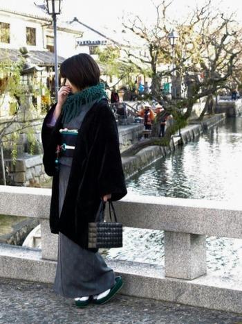 大人っぽさを引き立てるグレーの着物。冬は羽織ものとあわせてしっとりとした雰囲気に。
