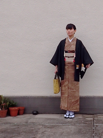 クラシックな着物の着こなし、バッグにはトートをあわせてラフな印象ですが、これぞ着物の着こなしといった、基本のスタイルです。