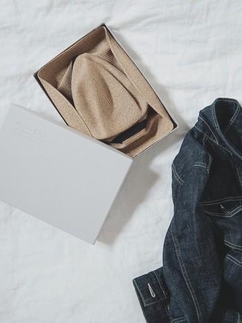 そんな思いから生み出された、小さな箱にすっぽりと収まってしまう「BOXED HAT」。ギフトで貰っても嬉しいですね。取り出して広げたときに残るシワまで計算して収められているそう。