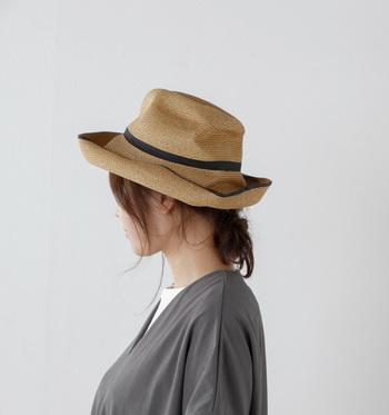 帽子にラインが入っているデザインが特徴のBOXED HAT。同色の縁取りがアクセントになっています。