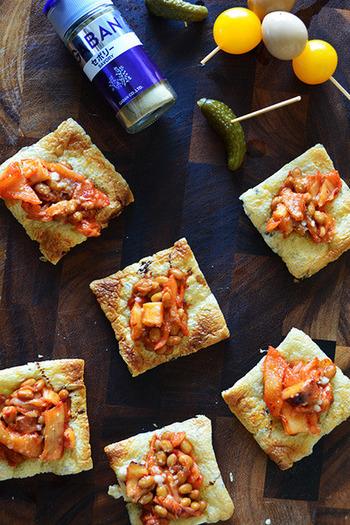 ピザ生地の代用として油揚げを使っています。揚げのサクサク感とトッピングに使った納豆などのとろーり食感が楽しいですよ。おつまみにも良いですね。