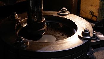 美味しく焼ける理由は、鉄を打ち出して作ること。 底面に出来る凹凸が油のなじみを良くするので、こびりつきにくいのです。
