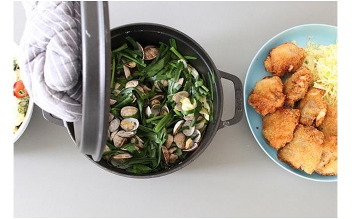 柔らかな春キャベツと春ニラを、旬のあさりのスープで蒸し煮に。