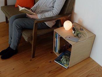 お部屋をおしゃれに見せるには、片付けるだけではなく、演出スペースを設けることが大切です。初心者の方は、定番とも言える間接照明や観葉植物を置いてみて。部屋にスペースがない場合は、移動もしやすいボックス型シェルフがおすすめ。中に本など収納しながら、ディスプレイも楽しめます。