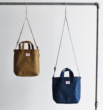 1931年に創設された、今や日本でも人気のフランスのワークウエアブランドDANTON(ダントン)。70年代中旬~90年代頃までは、パリの行政や地下鉄などへの制服や作業服を作っていた由緒あるブランドです。 こちらはスクエアの形が愛らしい、ハンドバッグとしてもショルダーバッグとしても持てるトートバッグ。