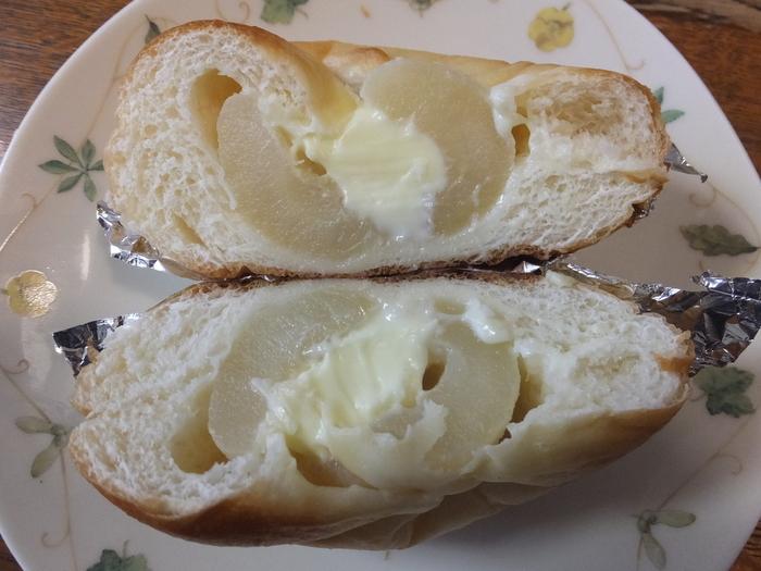 パンの中には、りんごとクリームチーズがたっぷり!スイーツ感覚で食べられます。