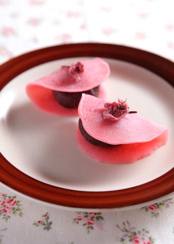 桜色の生地で小豆餡を包んだ、食べるのが惜しいほどカワイイ和菓子です! 「関東風」の桜餅は、フライパンで簡単に作れちゃうので、ビギナーさんでも上手に仕上げることができますよ♪