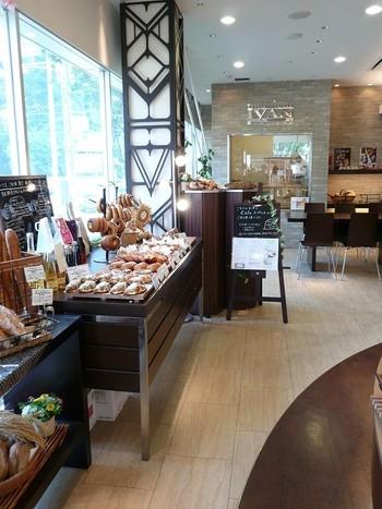 広々とした店内にはイートインコーナーも設けられています。 出来立てのパンとドリンクでカフェタイムもいいですね。