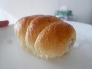 パンの中からチラッと覗くのは、なんとちくわ!もちもち食感同士のコンビネーションはやみつきに…。