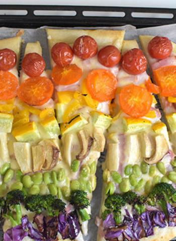 カラフルなお野菜をトッピングして、見た目も鮮やかに。お子さんとも具材選びやトッピングも楽しんで作れそうですね。