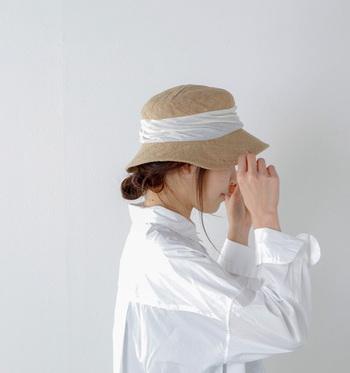 ジュート100%のjute drape hat middle。ドレープが顔まわりをガーリーな印象に仕上げてくれます。リボンの色がオフホワイト・ネイビー・ブルーなどから選べるのも嬉しい。