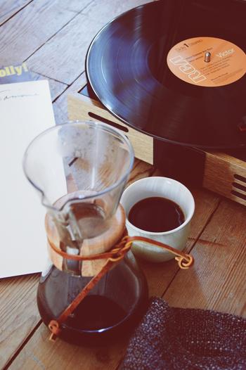 ご自宅にあるジャズのレコードやCDを聴いてみませんか。何故だか夜にはジャズの音色がマッチします。今はラジオにも、ジャズ専門チャンネルがありますので、ぜひエアチェックしてみてくださいね。コーヒーやお酒をたしなみながら、ときどきはリズムに身体を揺らして、思いっきり音楽を楽しんでみては...?
