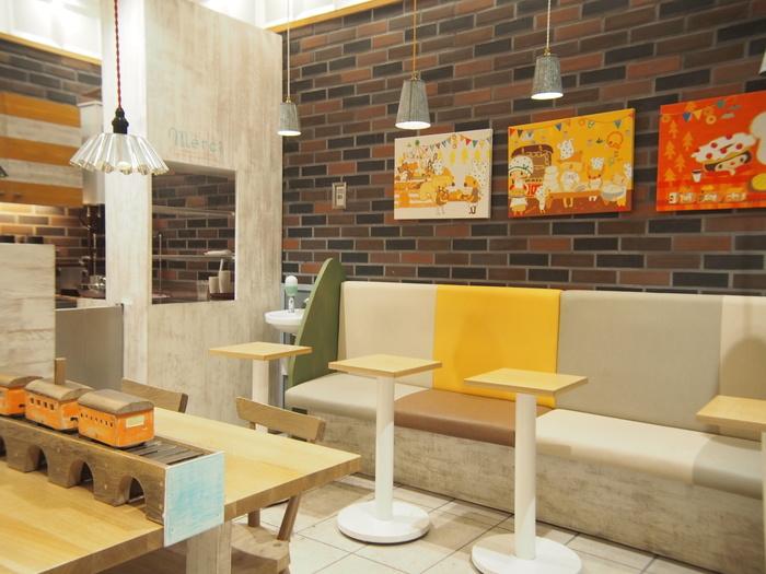 とってもキュートなイートインコーナー。 パンと共にお店の世界観を感じられる空間ですね。
