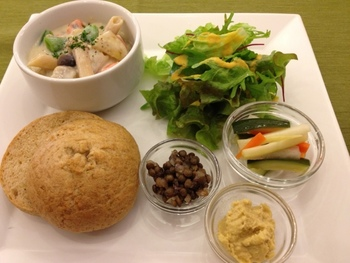 ルラシュ癒しの杜でお出しする全てのお料理は、マクロビオティックをベースに、動物性の食品、卵、乳製品、白砂糖など、カラダに負担になる食材は一切使用していません。『華やかで美味しくカラダにやさしいお料理』です。玄米などの全粒穀物、野菜、豆類、海草類などを中心として、調味料も原料からこだわり伝統的製法でつくられたものだけを利用しています。