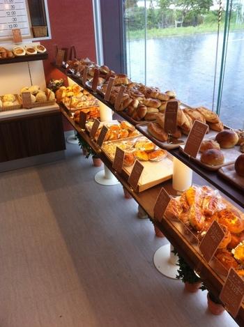 店内には甘いパンの香りでいっぱい!あれこれ、みてまわるだけで幸せな気分になれるパン屋さんです。