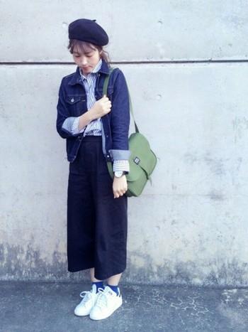 上下を同系色でまとめ、統一感のある仕上がりに。バッグはきれいめなデザインのものをあわせて、上品な大人コーデに。