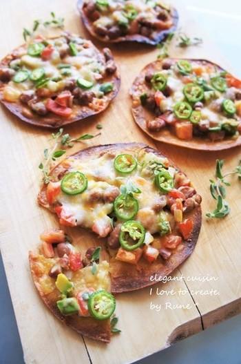 タコスやケサディラなどのメキシコ料理に使われるフラワートルティーヤ。小麦粉で出来た生地を薄く延ばしてあるので、焼くとパリパリ食感のピザ生地の代用になります。
