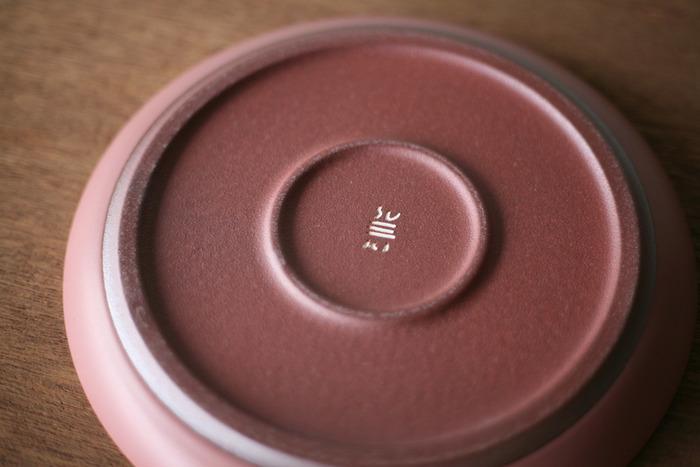器の裏には、作り手の想いが込められた「SUEKI」のロゴが刻印されています。