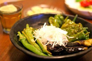 揚げ物は、お鍋をそのまま食卓に、というわけにはいきませんが。甘長唐辛子、長オクラ、茄子の揚げ浸しは、冷やしても美味しい(^.^) おかずにも、おつまみにも。