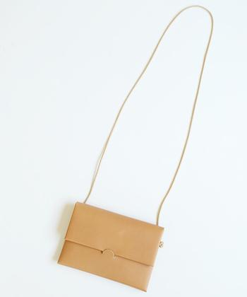 さらりと持つなら、そのままお財布としても使える、こんなスリムなショルダーバッグがおすすめ。こちらのバッグは、なんと縫製をせずに作り上げられています!すっきりとシンプルなスタイルに良く合いそうですね。