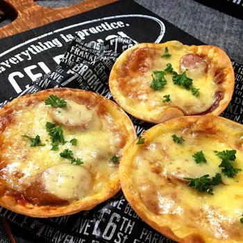 なんと、餃子の皮を使って簡単おつまみピザが出来ちゃうんです。冷蔵庫のあまり物などを使って、賢く美味しく楽しみたいですね。