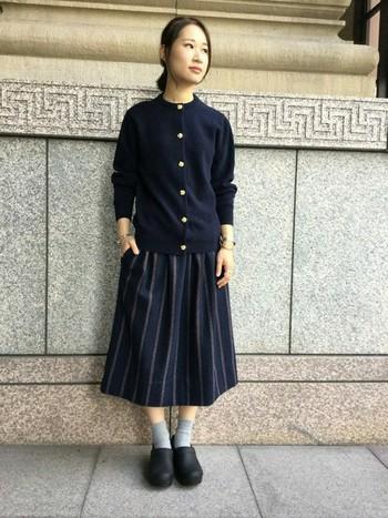 黒や茶色などを選べば、靴下やタイツとも統一感が出てすっきり着こなせそうです。