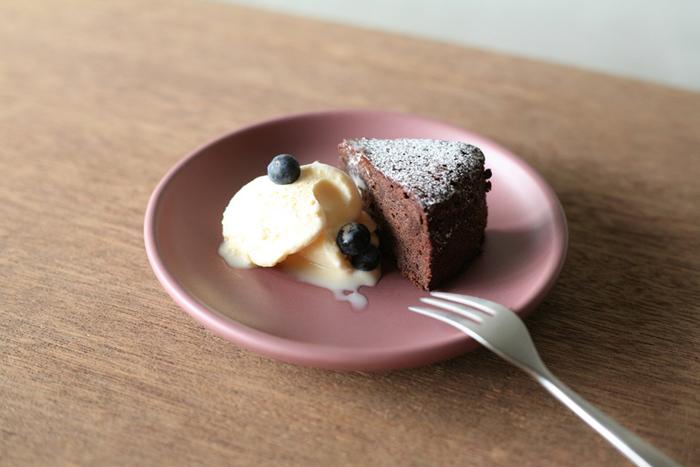 ケーキを乗せるのにぴったりな「cake plate」も。