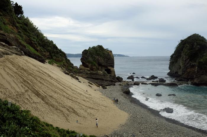九十浜と異なるのは、浜辺。 その名の通り、波で削られた碁石のような玉石があります。     海の生物や沖から流入する魚が沢山観察できる浜。 磯遊びはもちろんのこと、シュノーケリングも楽しい。 出掛けるのなら、シュノーケルセットを忘れずに。