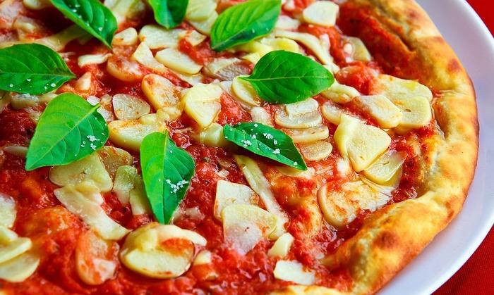 自宅で生地やソースを手作りすれば、安心安全の無添加ピザが楽しめます。余計なものが入らない、シンプルな味こそが本物の美味しさなんですよね。お休みの日に、大好きな音楽をかけながらゆっくりピザ作りなんて楽しそう♪ぜひピザ作りに挑戦してみて下さいね。
