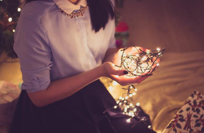 海外のインテリアで人気の「フェアリーライト」。手軽にお部屋のイメージチェンジもできて、ほの柔らかな光で心も癒されますよ。