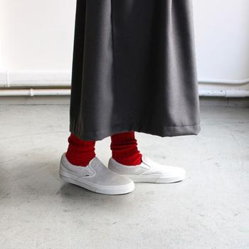 シンプルなスリッポンは厚手の靴下にもピッタリ♪主張しすぎないデザインで、スカートにもパンツにも、どんなコーデにもマッチする優秀靴です。