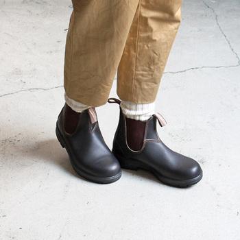 重ね履きしたソックスがアクセントに。程よい存在感もあり、重くなりがちな冬のコーディネートのワンポイントにもなります。