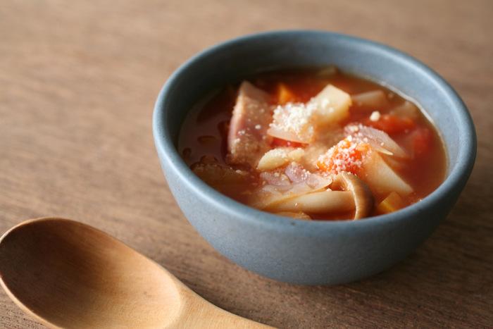アッシュブルーの「soup bowl」は少しくすみがあってなじみやすく、スープが一層おいしそうに見えます。 この他、ご飯茶碗の「rice bowl」、麺類を入れるための「noodle bowl」などもあります。