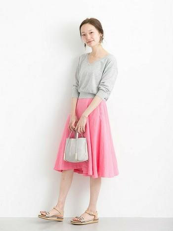 優しいグレーとピンクのフレアスカートは、軽やかでとっても女性らしいコーディネート。彼とのデートではこんなキレイなピンクのスカートを着て、優しく幸せな時間を過ごしましょう♪